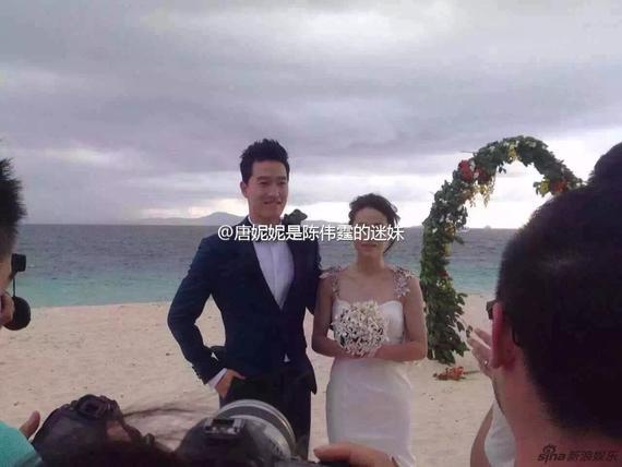 两人拍摄婚纱照