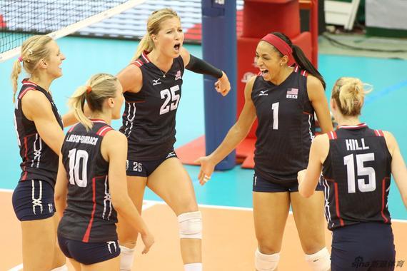 美国女排庆祝得分
