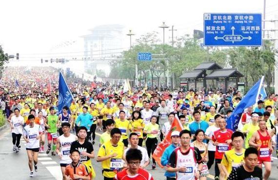 记者 黄 嫣   4月17日,上海国际半程马拉松就将鸣枪开跑,而对于其官方合作伙伴兴业银行而言,这也预示着全年的马拉松活动进入第一波高潮。纵观兴业的马拉松大格局,其诠释方向已经不仅仅停留在简单的营销层面。而作为赛事归属地的直属分行,上海分行此次更是把点落在了客户人文关怀和社会责任拓展上,从自我做起,当好半程马拉松的东道主。   2016是一个颇有深意的年头,因为在20年前,兴业银行上海分行在这片热土上扎根,同样在1996年,一个叫做上海国际马拉松赛的顶级赛事也在申城落户,20年间,世界风
