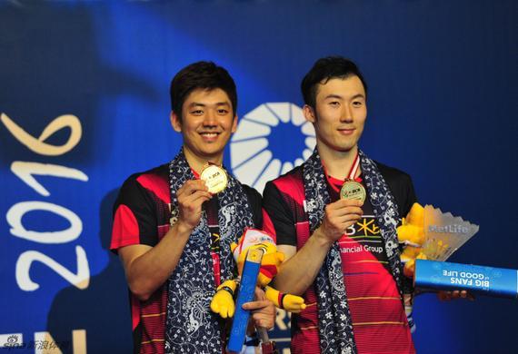 李龙大(左)