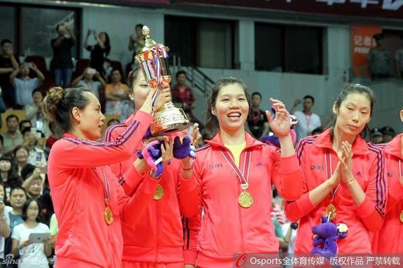 中国女排捧杯