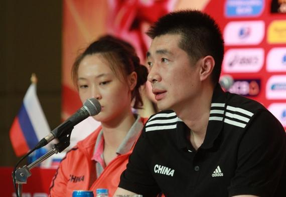 中国女排由教练安家杰带队