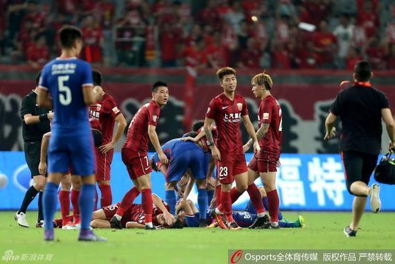今天的比赛上港又有两名球员受伤离场