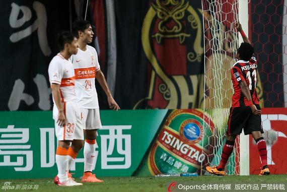 鲁能33号金敬道(左)在对阵首尔FC的竞赛中