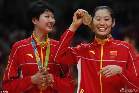 朱婷展示奥运金牌