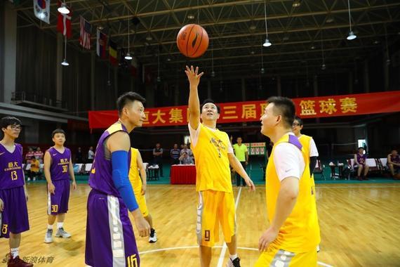 恒大集团负责人许家印在篮球赛中