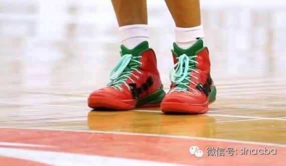 球员穿着贴标鞋出场比赛
