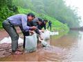 父子俩连续三年向习水河投放鱼苗