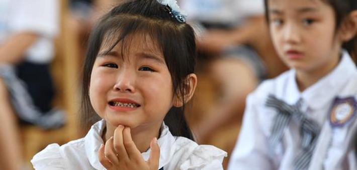 孩子们含泪告别老师和小伙伴