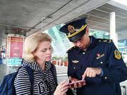 外籍旅客约车寻不得 运管队员热心帮联络