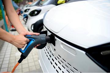 """两会代表:地方""""保护""""是新能源汽车发展的绊脚石"""