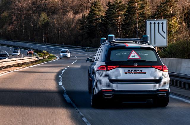 警示后方车辆,前方对素来车请勿逾越本车。