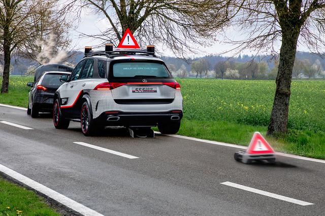 遇到交通事故时,车顶自动升起警示牌,并启动移念头器人远离车尾竖起警示牌。
