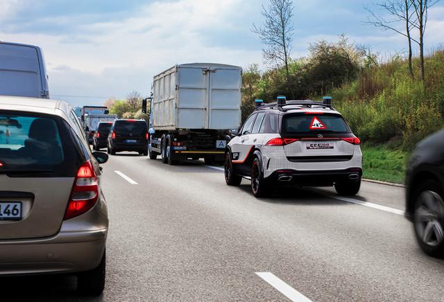 提醒后方车辆,为援助车腾出紧张通道。