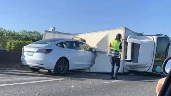 Model 3开启自动驾驶系统后径直撞向卡车