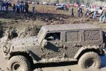 视频:吉普越野车玩泥巴,引来几百人围观