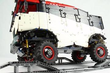 乐高搭建达喀尔卡车 悬挂系统很给力