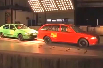 结果太惨烈!小轿车与大货车碰撞测试