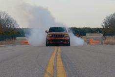 让跑车都害怕 Jeep SRT玩烧胎!