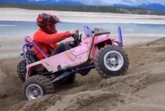 老外暴改儿童Jeep车 弹射起步玩转河滩