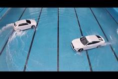 奥迪汽车创意广告:把车开进游泳池!