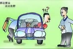 惊悚!乌市一女子坐在车内,车外一对陌生男女狂拍车窗,究竟咋回事?