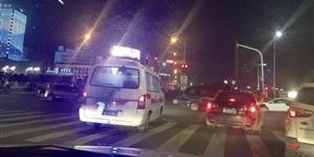 私家车闯红灯让道救护车