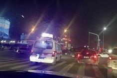 宁波多辆私家车为给救护车让道集体闯红灯