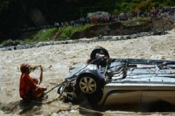 教练车训练时坠河 教练及3学员全遇难