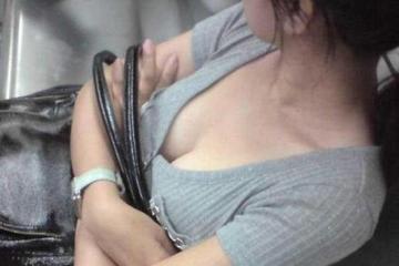 女孩乘车遭性骚扰 公交司机追100米抓色狼