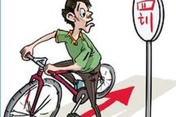 丈夫骑摩托车逆行受处罚 妻子躺地上耍赖