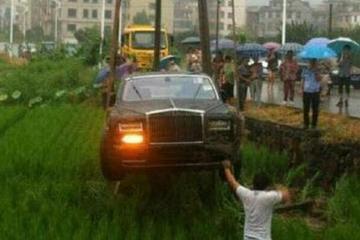 富二代驾劳斯莱斯把妹兜风却一头栽进稻田