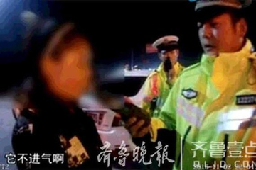 女司机酒驾被查 脱光上衣往民警身上扑