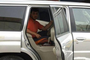 车主把方向盘改到后排总能吸引众人的目光
