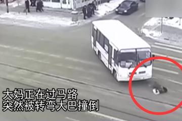 视频:一定是假的车祸!大妈被撞倒无恙