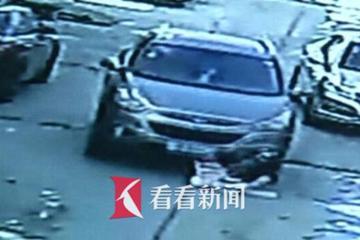 视频:女童被卷车底 肇事司机逃逸