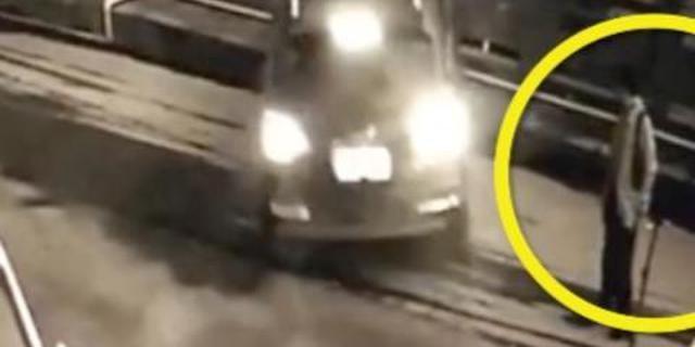 奥迪Q7越野车在1男子指挥下挪车,结果撞毁石护栏坠桥。
