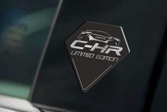 日前,丰田汽车在英国市场以29,995英镑(约合人民币为26万元)的起售价推出C-HR英国限量版,该车将限量发售100台。据悉,新车在外观、内饰以及配置上相比普通版车型有小幅改动,动力方面仍将选择搭配混合动力系统。