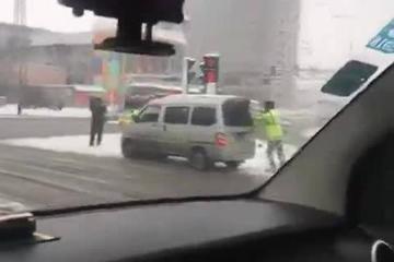 视频:网爆交警雪中作秀帮面包车推车