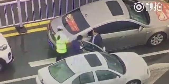 驾报废车上路被拦截 男子打伤执勤女辅警