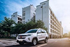 上汽通用五菱正式曝光了宏光S3的部分配置信息,新车将搭载1.5L发动机,最大功率82kW。五菱宏光S3是五菱旗下首款采用7座布局的SUV车型,将在今年下半年上市,售价或8万元左右。