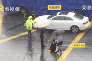 女司机撞倒辅警 雨中坐地狂嚎