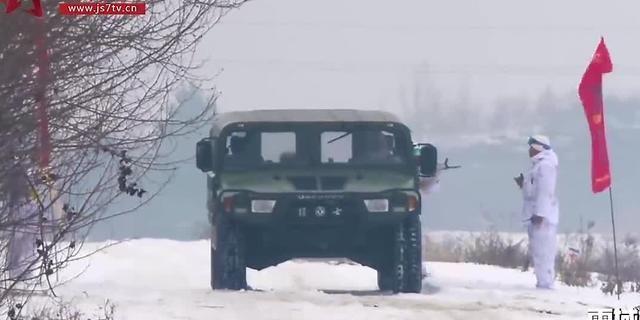 视频:雪地里换个轮胎,这几个战士拼了半条命