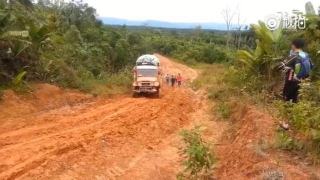 视频:霸道全地形卡车横趟最烂路况