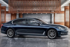 在2017广州车展上,宝马发布了全新一代7系的40周年限量版车型,外观和内饰有着限量版专属的设计,新车共推出200台。而日前,其售价已经公布,共1款车型,售价148.80万元。