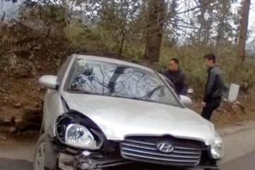 视频:路太滑他猛踩刹车,撞树后旋转480度