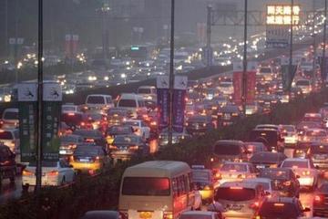 视频:闹心的拥堵路段开车如何应对才是正确的?