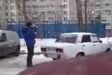视频:面对乱停放,战斗民族的做法非常粗暴!