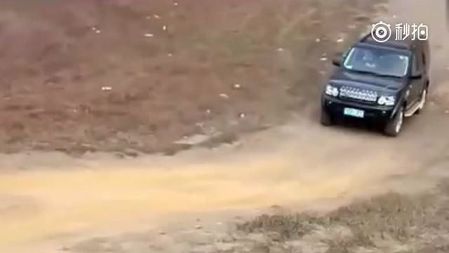 视频:普拉多和路虎发现爬同一个陡坡 差距很大啊