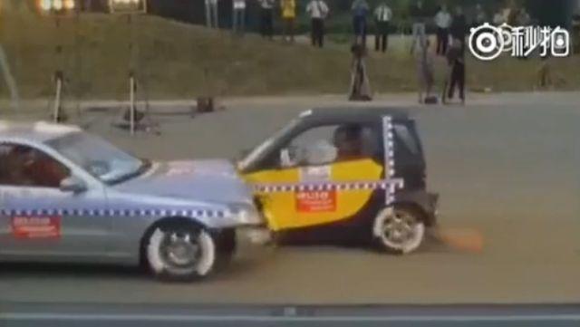 视频:奔驰smart高速碰撞测试
